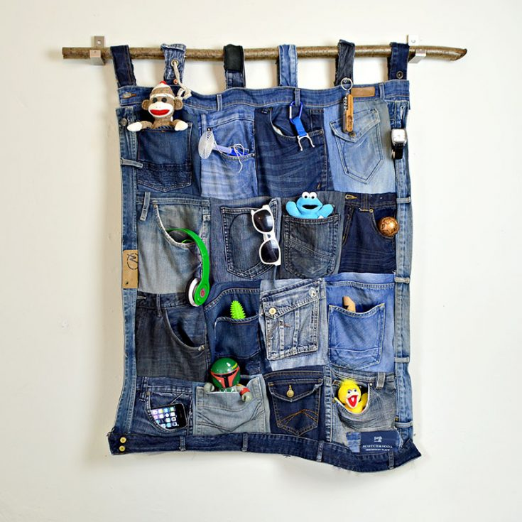 Make this fantastic denim pocket organizer from your old jeans.  Full tutorial and step by step instructions.  Would look great in a teen bedroom or a home office.