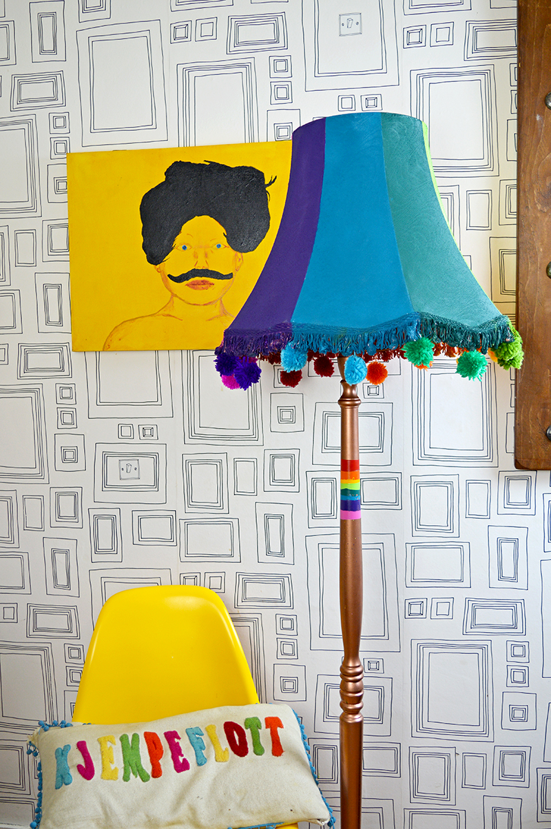 Upcycled floor lamp with spray paints - Pillarboxblue.com