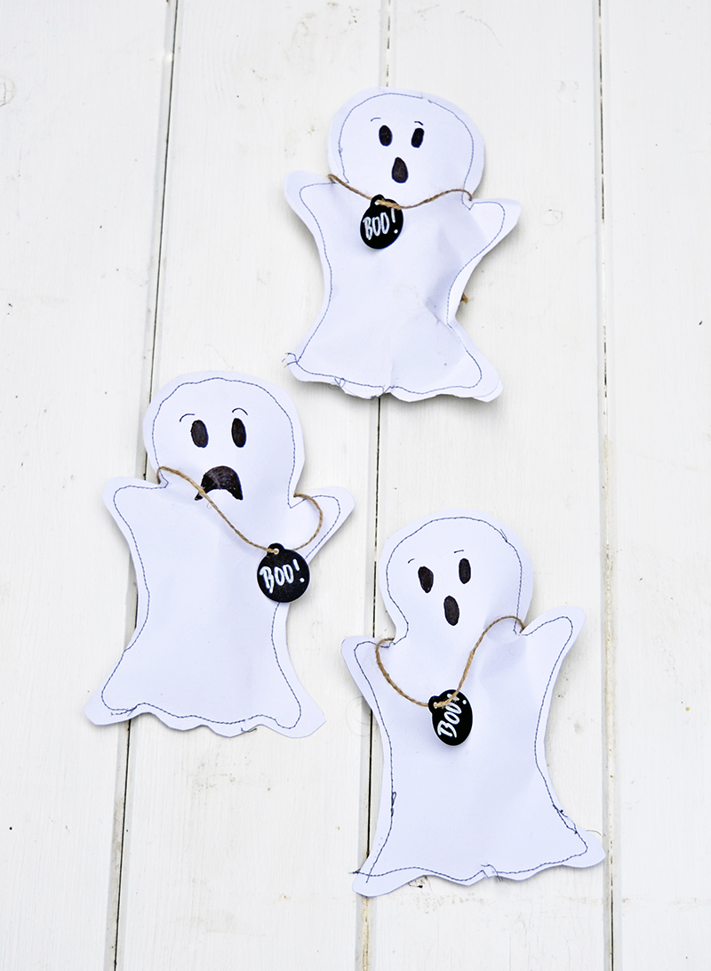 Free template to make these gorgeous sewn Halloween treats bags.  Pumpkin, Ghost, and Bat also make for a great Halloween decoration garland.  Pull on the BOO! tag to open.