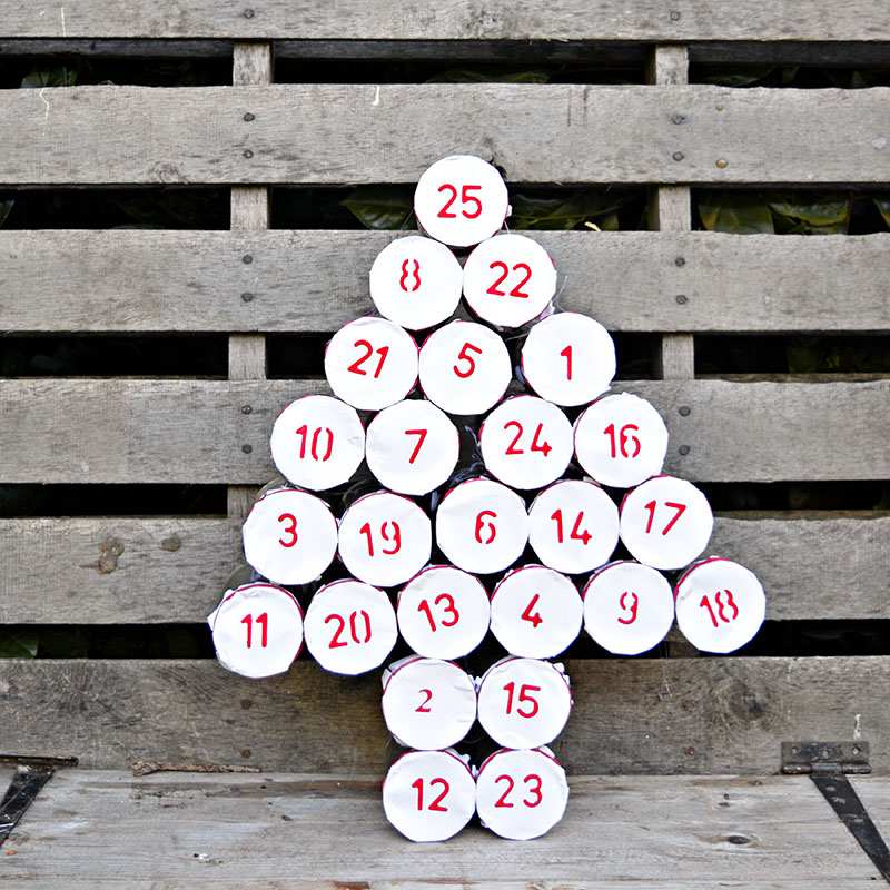 Make a rustic advent calendar for christmas by upcycling your old tin cans.