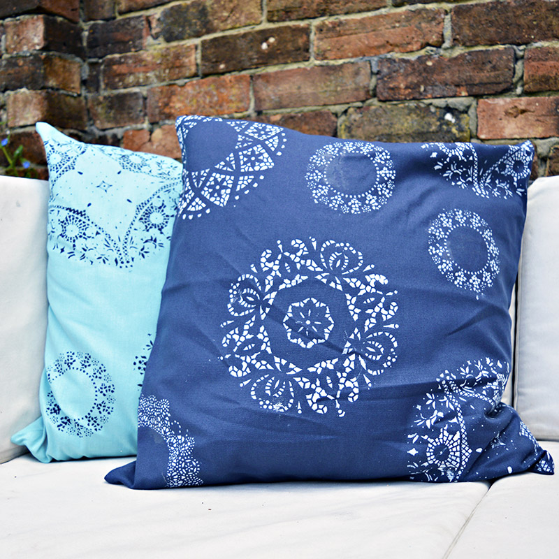 Amazing transformation of plain pillows by simply using  paper doily stencils.
