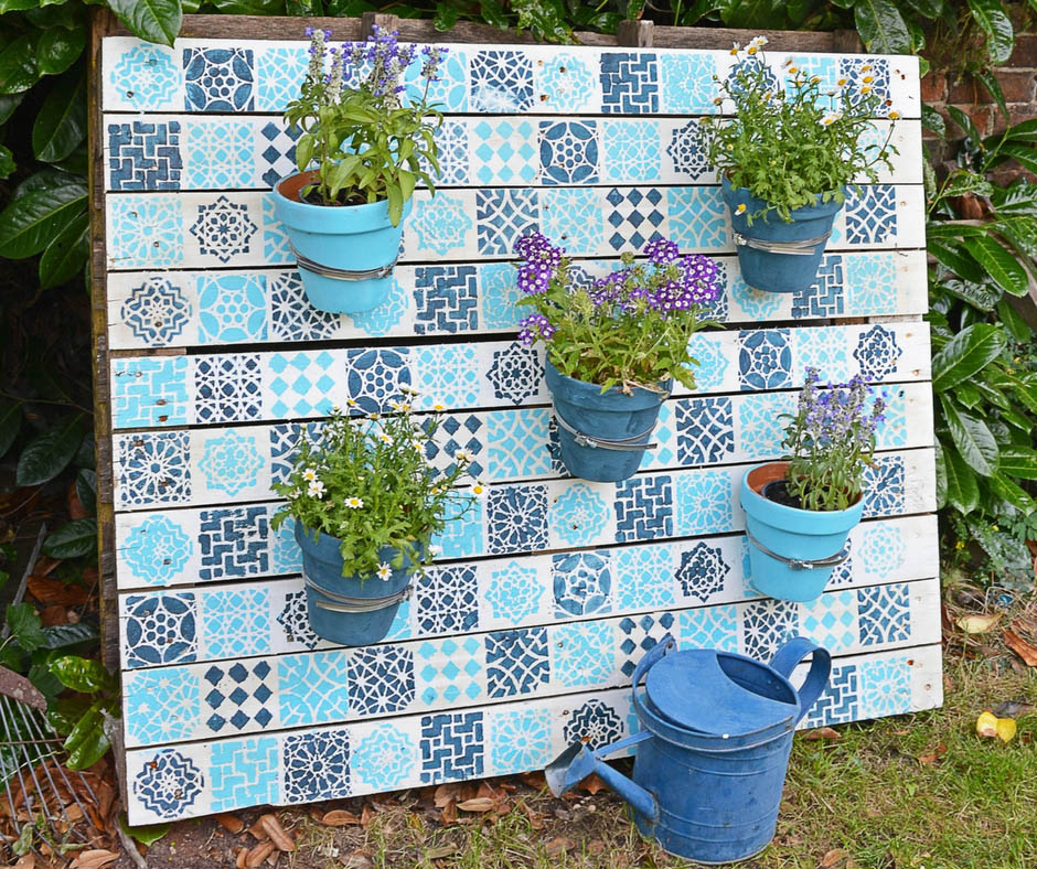 Painted wood pallet diy to brighten up your garden.
