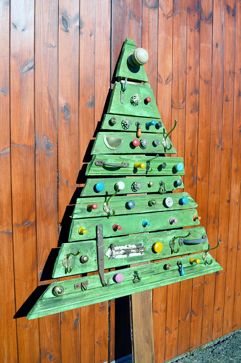 flat diy wood christmas tree however the knobs and hooks are like christmas ornaments in themselves so i think i might just leave the tree as is - Wood Christmas Tree
