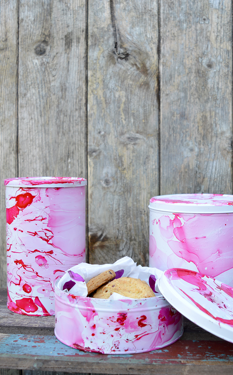 Have you got some old coffee and cookie tins, then why not upcycle tins into something much more gorgeous.  With a faux marble effect.