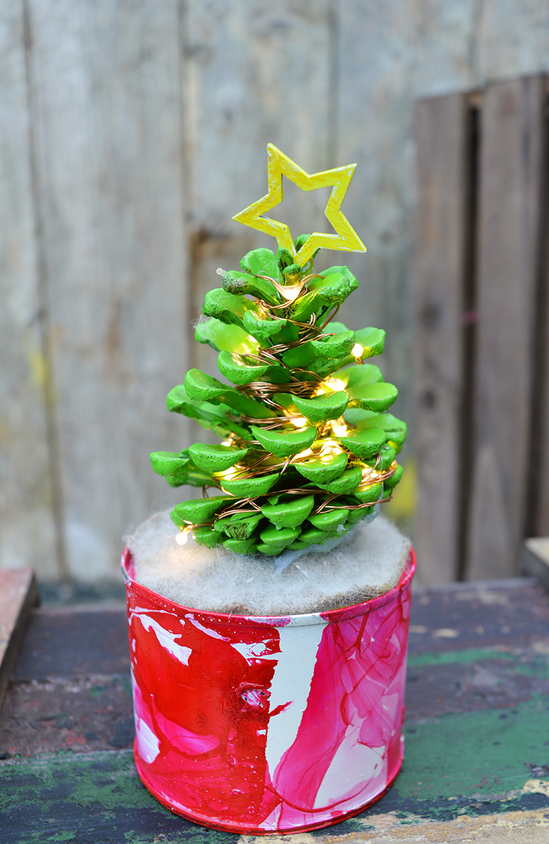 Great craft to do with the kids, make desk top illuminated mini pine cone Christmas trees.