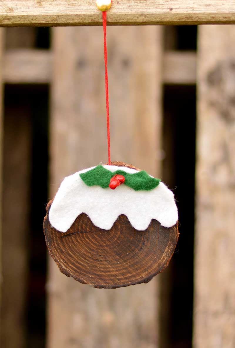This is a really fun and simple 10 minute Christmas craft.  Make a wood slice ornament that looks just like a Christmas pudding.  They can even be used tags.