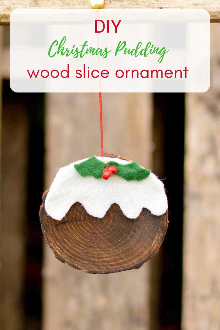 This is a really fun and simple 10 minute Christmas craft.  Make a wood slice ornament that looks just like a Christmas pudding.  They can even be used tags. #christmaspudding #christmasornament #woodslice #christmasdecoration #handmadechristmas