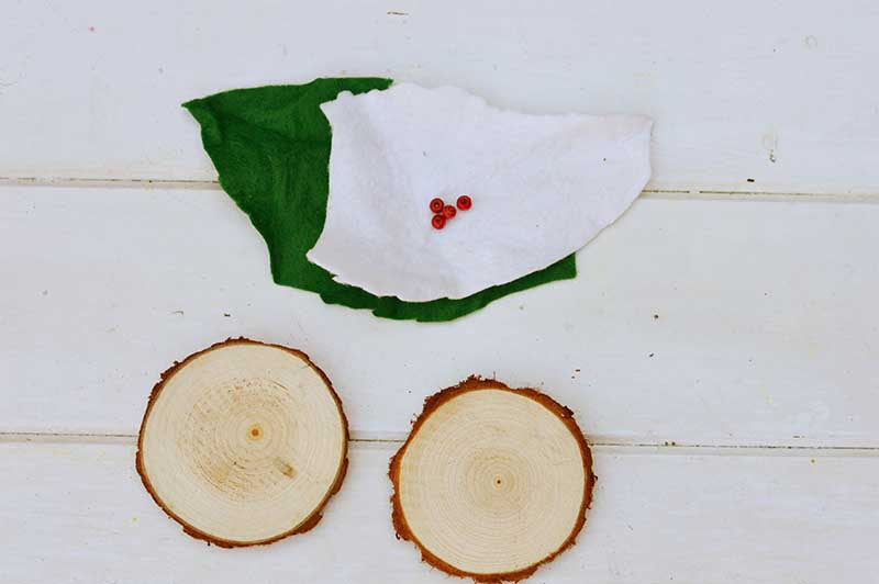 What you need to make Christmas tree felt wood slice ornament