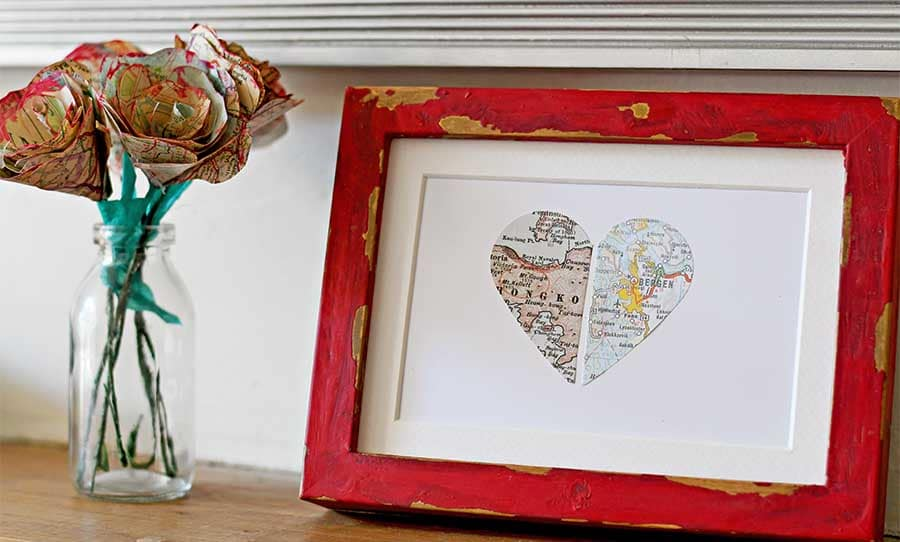 Personalized map gift paper heart in red frame