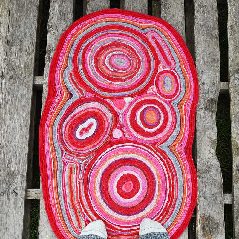 Sweater felt rug in pinks and red