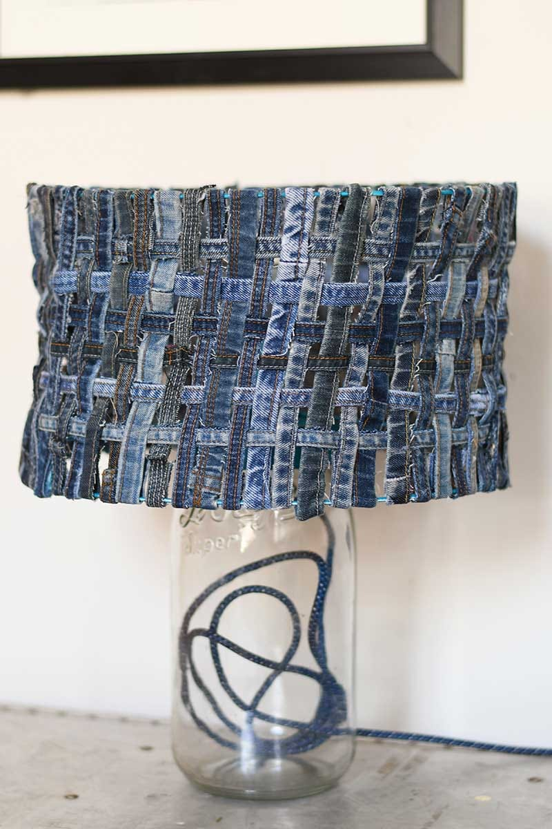 clever upcycling ideas DIY unique table lamp with woven denim lampshade