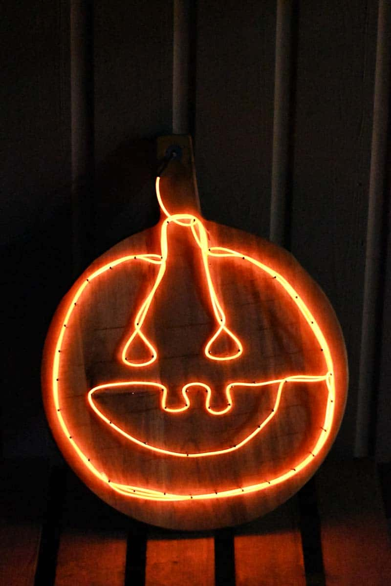 Jack-O-Lantern Light-Up pumpkin sign.