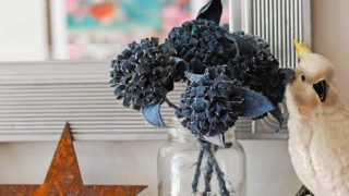 Jeans pom pom flowers Mantle