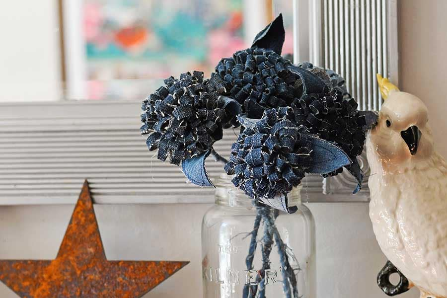 Jeans pom pom flowers Mantle