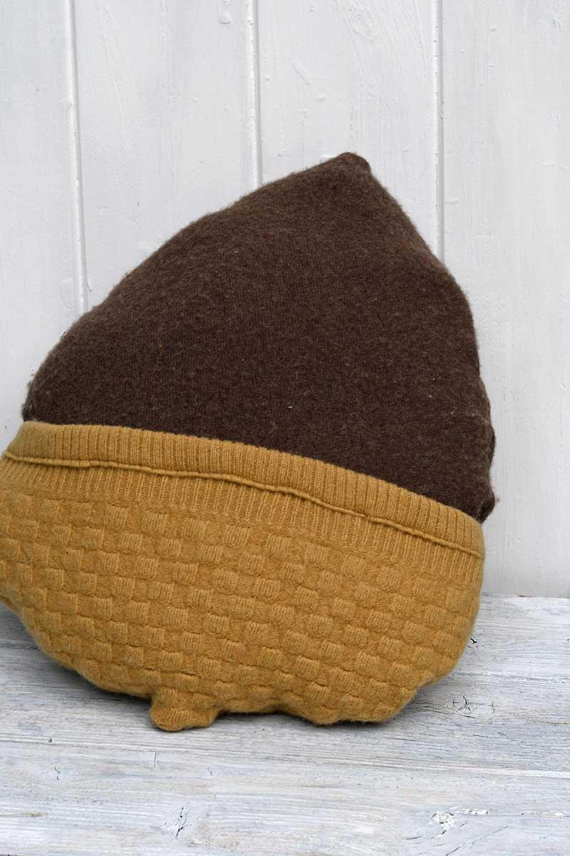 DIY sweater pillows for fall acorn pillow